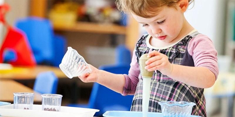 Metodo Montessori: i travasi